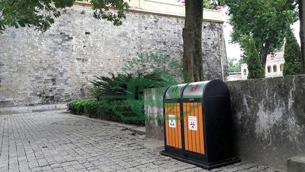 Bất cứ 1 ngóc ngách nhỏ nào cũng được lắp đặt thùng rác để đảm bảo không gian xanh sạch