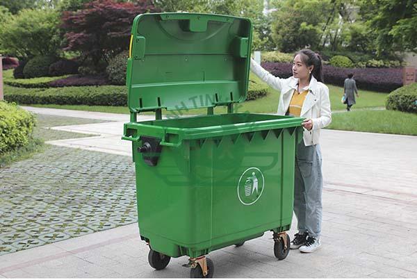 Thiết kế thùng rác kích thước và dung tích lớn, dễ dàng mở đóng, đảm bảo vệ sinh