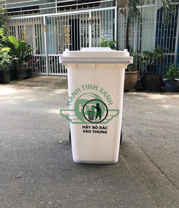 Thùng rác nhựa màu trắng được sử dụng phổ biến hiện nay